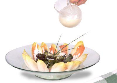 Ensalada de endivias con salmón y salsa de roquefort